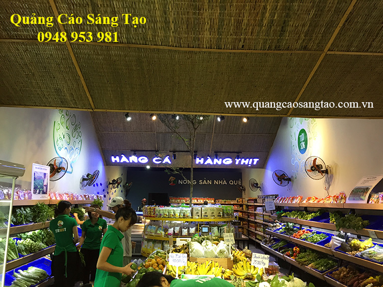Bảng hiệu của cửa hàng Nông sản quê nhà chuyên cung cấp các thực phẩm tươi sống, tốt cho sức khỏe của người tiêu dùng